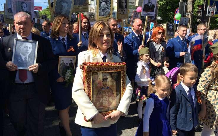 Поклонская с иконой на марше бессмертный полк